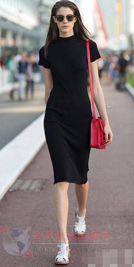 黑色连衣裙+白色凉鞋