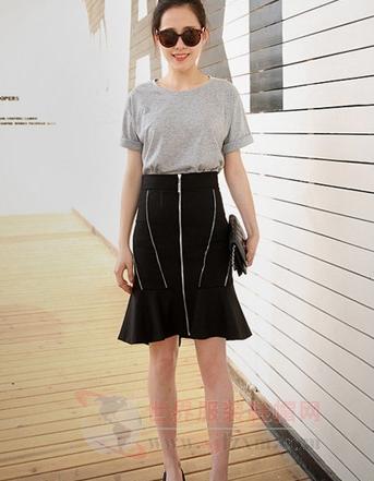 鱼尾短裙配t恤 简单装修甜美迷人