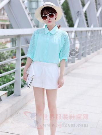 湖蓝色的蕾丝镂空衬衣搭配白色的短裤